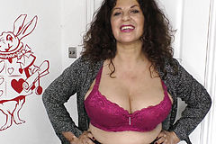 Big Natural tits Mature woman showing Downblouse