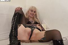 Mature Amanda Wanks With a faux-cock In solo pin
